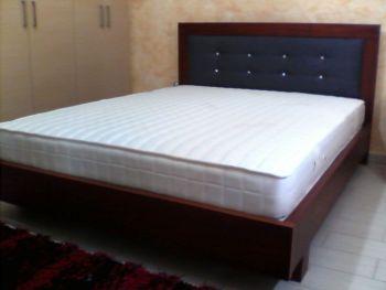 Κρεβάτι διπλό με ταπετσαρία στο κεφαλάρι