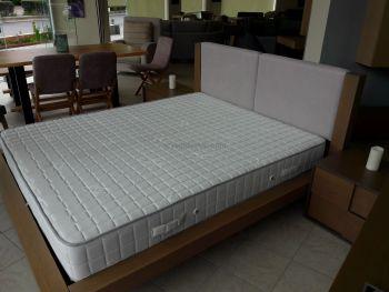 Διπλό κρεβάτι με ταπετσαρία στο κεφαλάρι