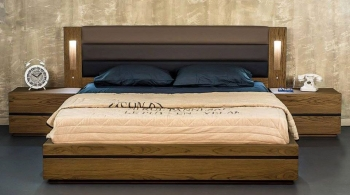 Κρεβάτι διπλό από δρυς με ταπετσαρία