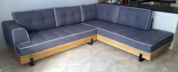 Γωνιακό σαλόνι με ξύλινη μπάζα